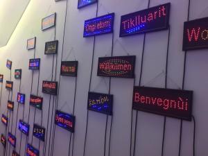 Le mot bienvenue à l'entrée du musée en plusieurs langues.